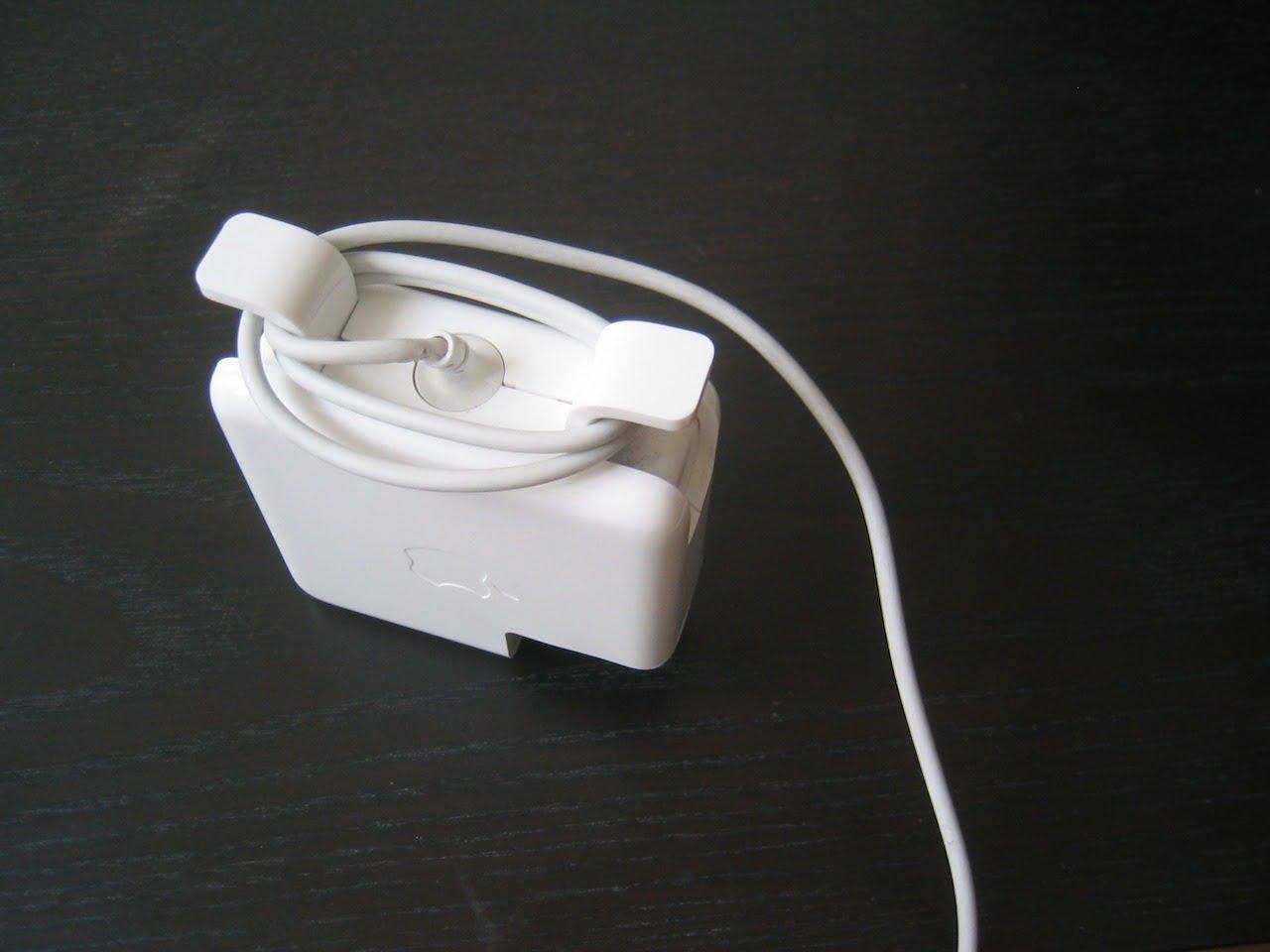 Apple Netzteil eng aufgewickelt